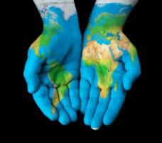 手与地球图片