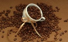 咖啡杯盛满咖啡豆图片