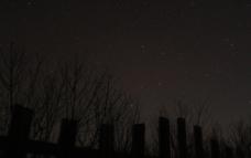 璀璨星空下的篱笆墙图片