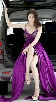 紫色诱惑美女车模图片