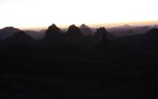 撒哈拉沙漠山影幕色图片