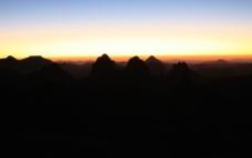 沙漠晚霞山影图片