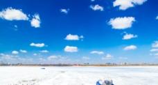 松花江初春 雪与白云图片