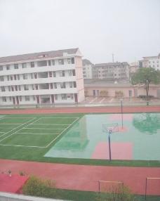 雨天的运动场图片