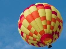 正在升空的彩色热气球
