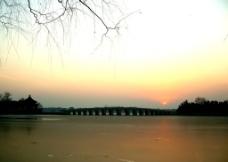 十七孔桥日落图片